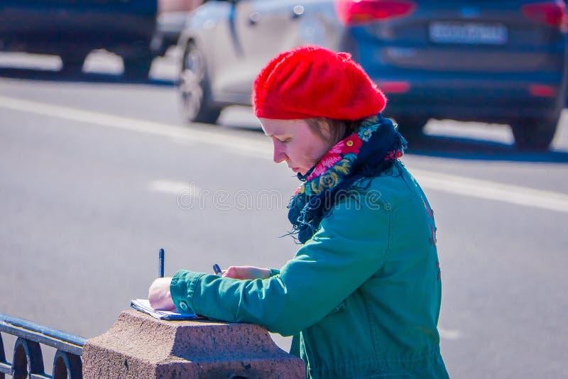 ST PETERSBURG, ROSJA, 02 2018 MAJ: Zamyka up blondynki kobieta jest ubranym czarną okulary przeciwsłoneczni ans czerni kurtkę, ch zdjęcia stock