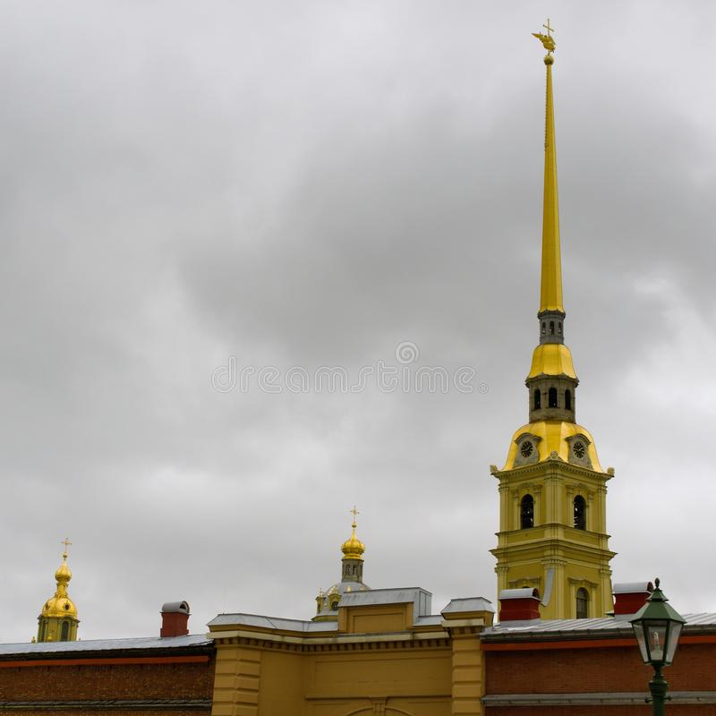 St Petersburg, Rosja, Marzec 10, 2019 Wiosna widok iglica katedra i ściana forteca Peter i Paul obrazy stock