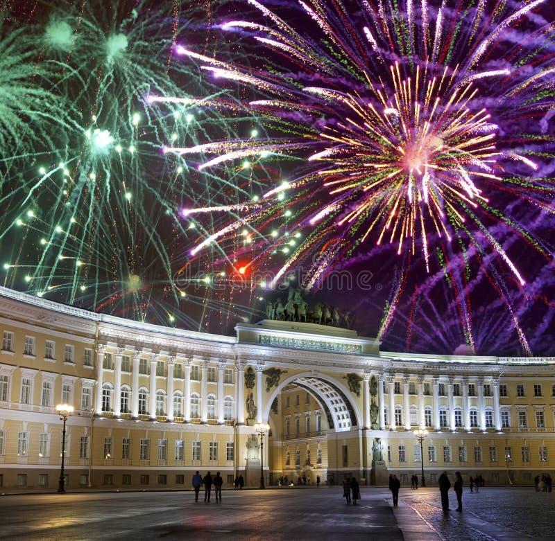 St Petersburg Rosja Pałac kwadrat i łuk sztaba generalnego budynek w nocy iluminacji i boże narodzenie fajerwerkach zdjęcia royalty free