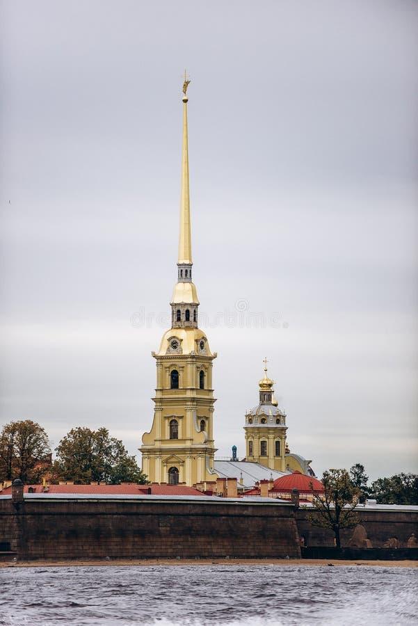 St Petersburg, Rosja, 2019 Peter i Paul forteca na chmurnym dniu obrazy royalty free