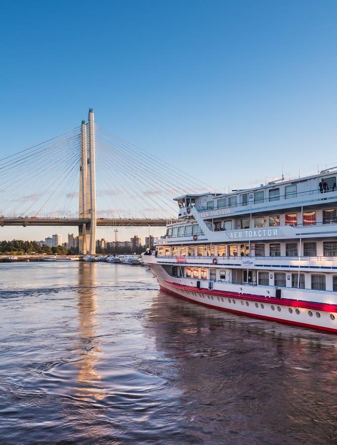 St Petersburg Rosja, Wrzesień, - 5, 2017: Cumujący statek wycieczkowy od mola na lato wieczór obraz stock