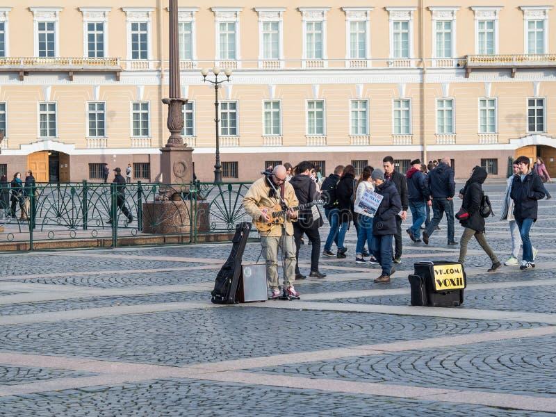 St Petersburg Rosja, Wrzesień, - 21, 2017: Uliczny muzyk bawić się gitarę Pałac kwadrat katedralny Isaac cupola Petersburg Rosji  fotografia royalty free