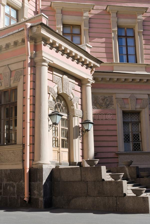 St Petersburg, Rusia, abril de 2019 Entrada al castillo de Mikhailovsky del patio fotos de archivo libres de regalías
