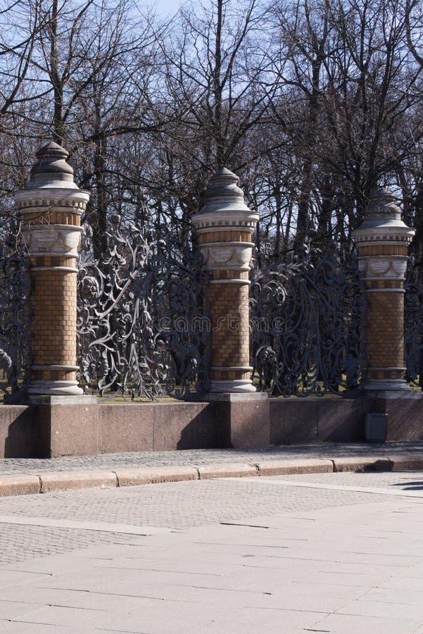 St Petersburg, Rusia, abril de 2019 Fragmento de la cerca magnífica de la iglesia famosa del salvador en la sangre Spilled fotografía de archivo