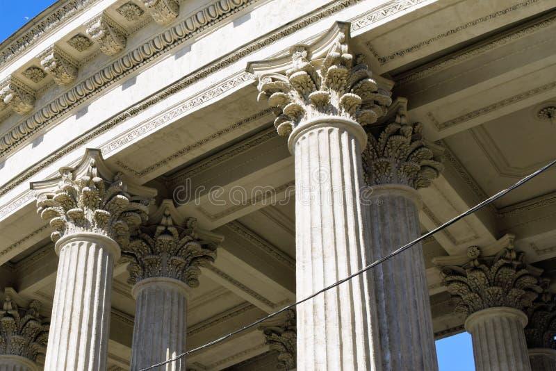 St Petersburg, Rusia, abril de 2019 Fragmento de la columnata de la catedral ortodoxa de Kazán foto de archivo libre de regalías