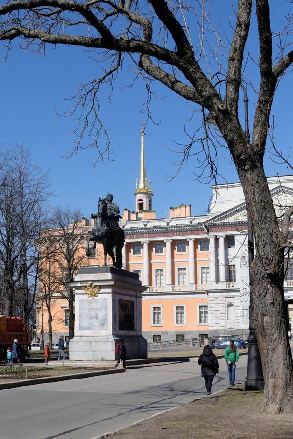 St Petersburg, Rusia, abril de 2019 Monumento al emperador Peter el grande en el castillo de Mikhailovsky fotos de archivo