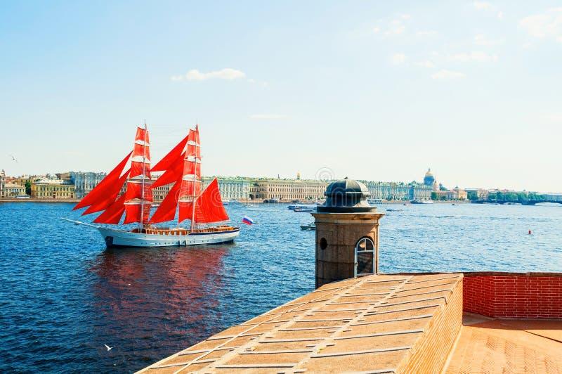 St Petersburg, Rusia Bergantín ruso Rusia con las velas del escarlata en el río de Neva - visión desde la altura foto de archivo libre de regalías