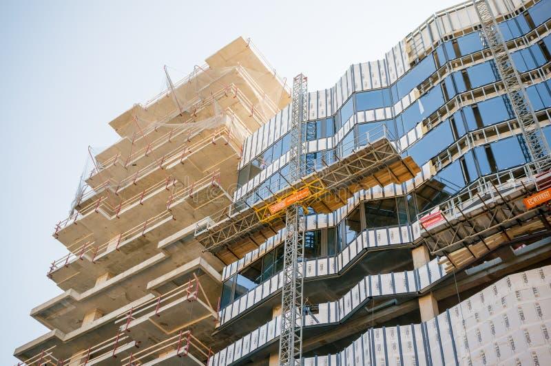 St Petersburg, Rusia 06 04 2019: construcción en la fachada de un edificio moderno glazing foto de archivo