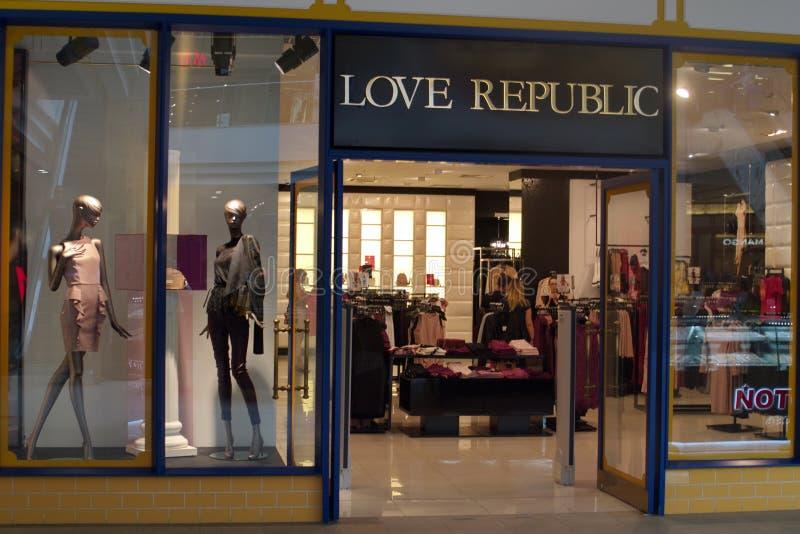 St Petersburg, Rusia - 10 de agosto de 2018: Escaparate y muestra de la tienda de la marca de la REPÚBLICA del AMOR en la alameda fotos de archivo