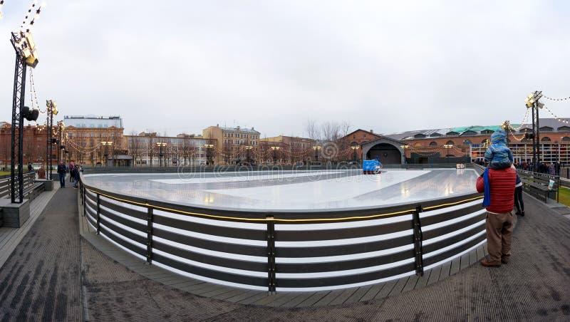 St Petersburg, RUSIA - 18 de diciembre de 2018: pista de hielo vacía en una zona abierta en la ciudad fotografía de archivo libre de regalías