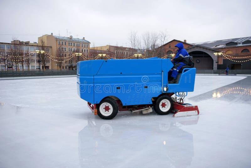 St Petersburg, RUSIA - 18 de diciembre de 2018: Preparación del hielo en la pista pública al aire libre Cierre de la máquina de h fotos de archivo libres de regalías