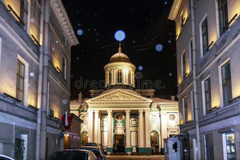 St Petersburg, Rusia - 4 de enero de 2016: Iglesia apostólica armenia de St Catherine Noche del invierno en St Petersburg imagenes de archivo