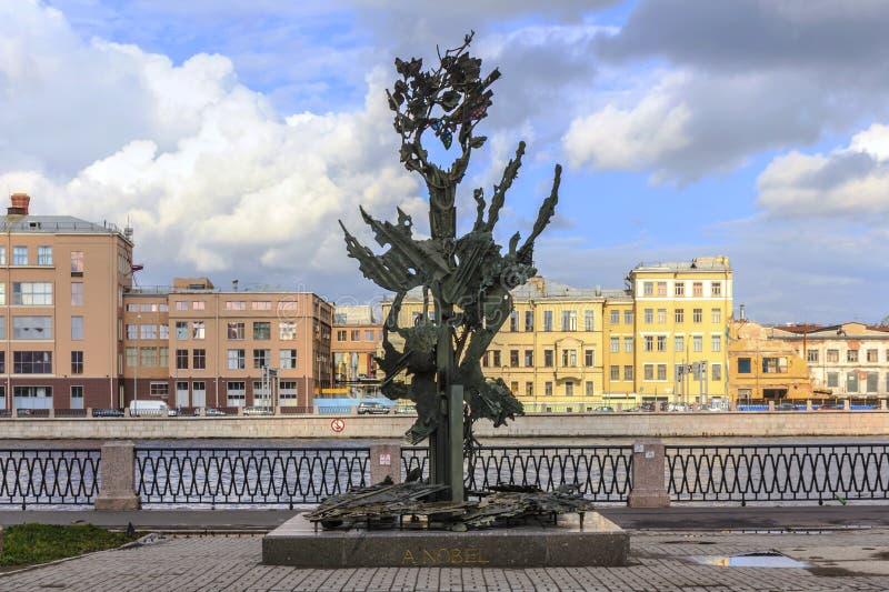 St Petersburg, Rusia - 1 de julio de 2015: Alfred Nobel Monument en St Petersburg, Rusia fotografía de archivo libre de regalías