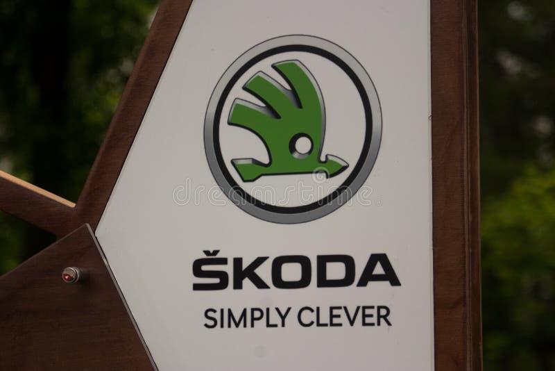 St Petersburg, Rusia - 8 de julio de 2017: El logotipo del fabricante de automóviles Skoda en los anuncios del soporte imagenes de archivo