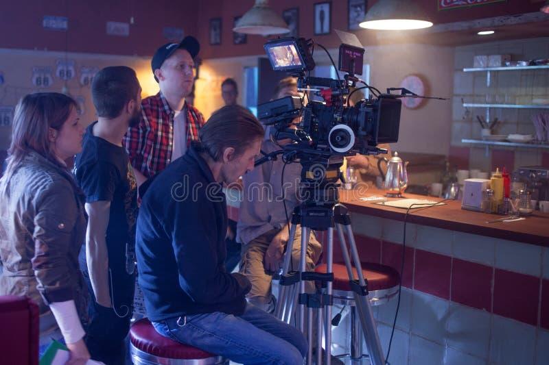 ST PETERSBURG, RUSIA - 22 DE JULIO DE 2017: Equipo de filmación en la ubicación cinematógrafo de la cámara 4K Cinematografía Fije fotografía de archivo libre de regalías