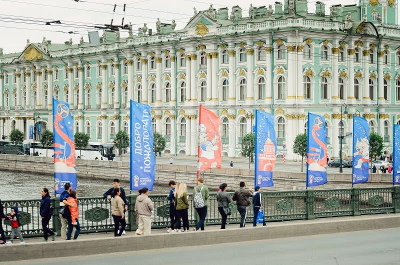 St Petersburg, RUSIA - 8 de julio de 2018: La gente camina en el puente en St Petersburg El puente se adorna con las banderas y fotografía de archivo libre de regalías