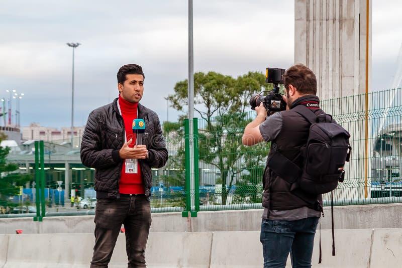 St Petersburg, Rusia - 10 de julio de 2018: Los reporteros de la TV son información viva del puente del yate antes del partido de foto de archivo libre de regalías