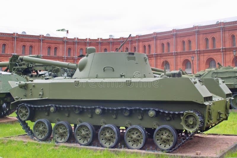 St Petersburg, Rusia - 7 de julio de 2017: Nona-s automotores de aterrizaje soviéticos del arma de 120 milímetros Museo de la art fotografía de archivo libre de regalías