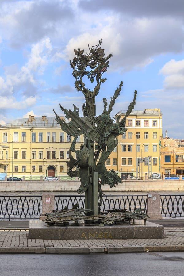 St Petersburg, Rusia - 1 de julio de 2015: Opinión del verano Alfred Nobel Monument en St Petersburg, Rusia imagenes de archivo