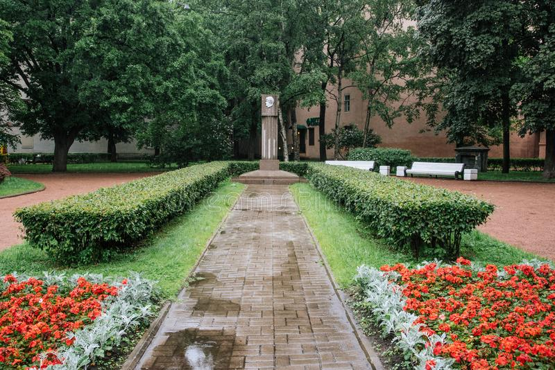 St Petersburg RUSIA - 1 DE JULIO DE 2017 Un monumento a Galina Starovoitova imagen de archivo libre de regalías