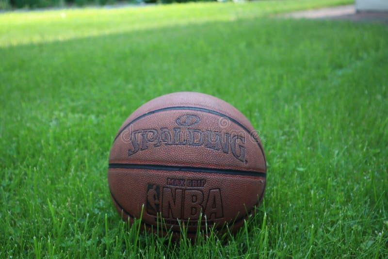 St Petersburg, Rusia - 5 DE JUNIO DE 2019: bola del baloncesto en hierba verde concepto de final de la segunda fase de NBA backgr foto de archivo