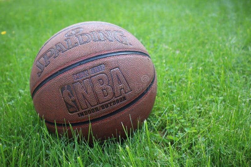St Petersburg, Rusia - 5 DE JUNIO DE 2019: bola del baloncesto en hierba verde concepto de final de la segunda fase de NBA backgr foto de archivo libre de regalías