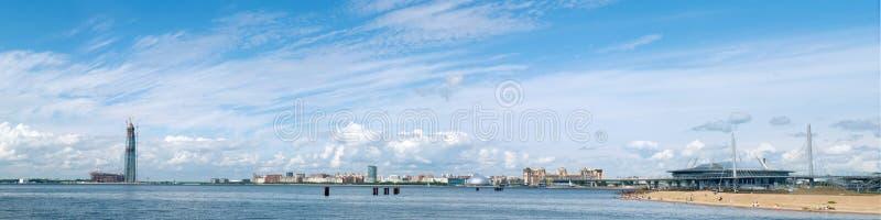 St Petersburg RUSIA - 25 DE JUNIO DE 2017 Golfo panorámico de Finla imagenes de archivo