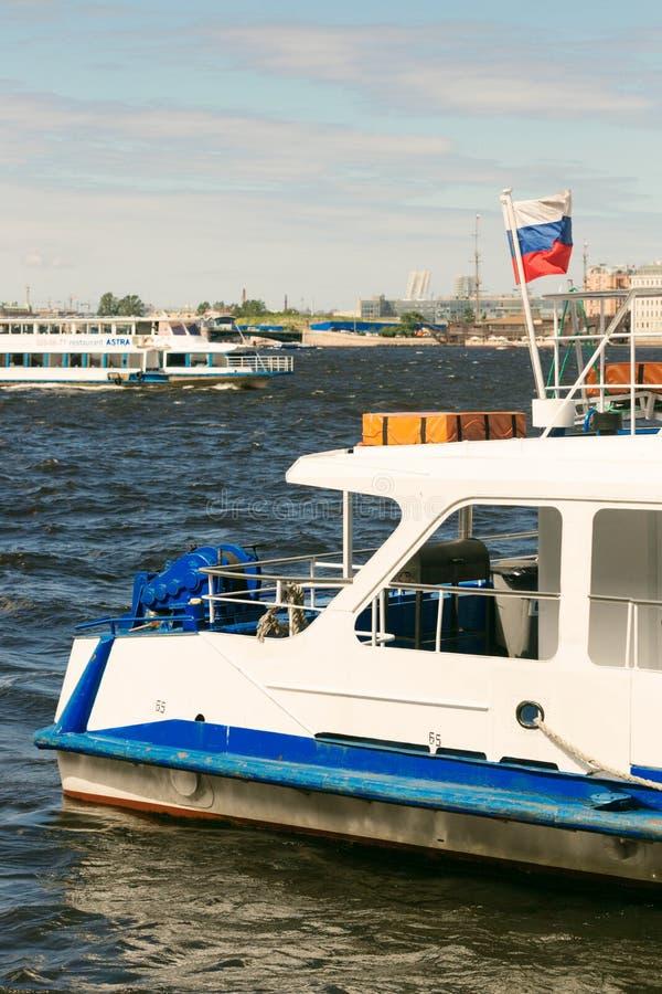 St Petersburg, Rusia - 28 de junio de 2017: Vista panorámica del terraplén de Neva River en St Petersburg fotos de archivo libres de regalías