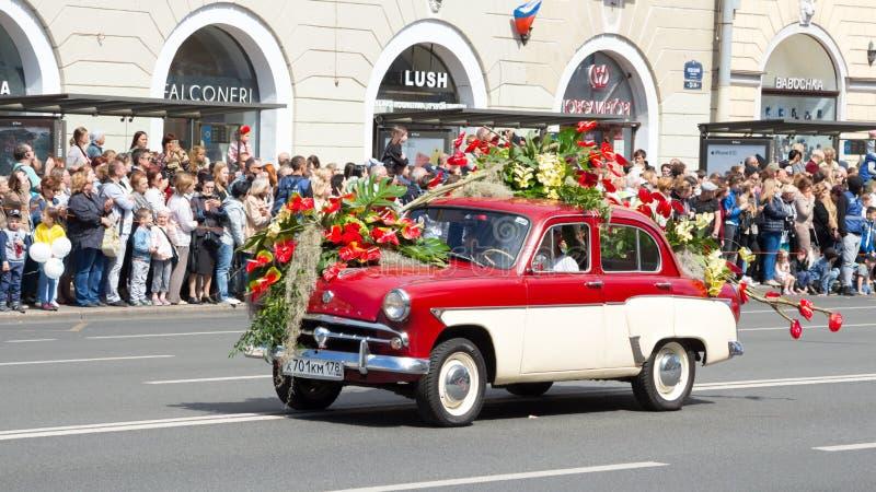 St Petersburg, Rusia 12 de junio de 2019 Festival de la flor Perspectiva de Nevsky Mucha gente vino al festival Coche retro, flor foto de archivo libre de regalías