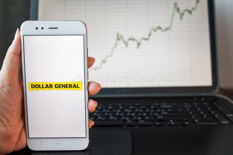 ST PETERSBURG, RUSIA - 25 DE JUNIO DE 2019: Logotipo de Dollar General Corporation en la pantalla del smartphone imágenes de archivo libres de regalías