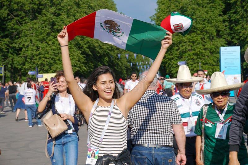 ST PETERSBURG, RUSIA - 15 DE JUNIO DE 2018: Muchacha hermosa joven con la bandera de México en el mundial 2018 de la FIFA imagenes de archivo