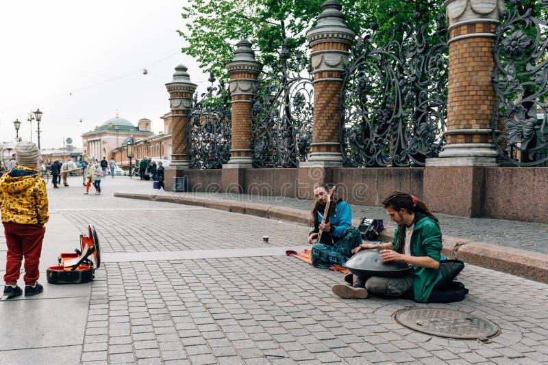 St Petersburg, RUSIA - 30 de mayo de 2017: Músicos de la calle delante del salvador en la sangre fotografía de archivo