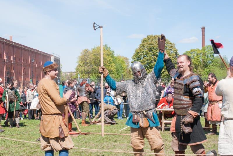 St Petersburg, Rusia - 27 de mayo de 2017: Lucha de demostración de la espada en el festival histórico en St Petersburg, Ru de la fotos de archivo libres de regalías