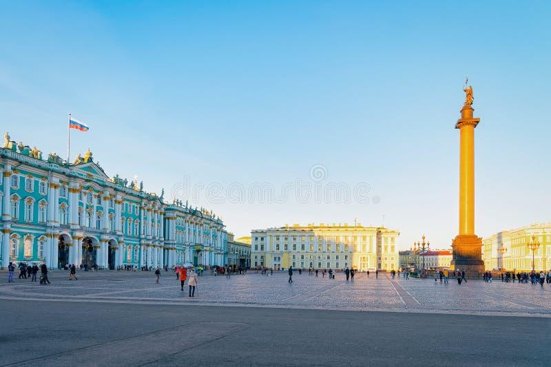 St Petersburg, Rusia - 11 de octubre de 2015: Alexander Column en el palacio del invierno, o la casa del museo de ermita en cuadr fotos de archivo libres de regalías
