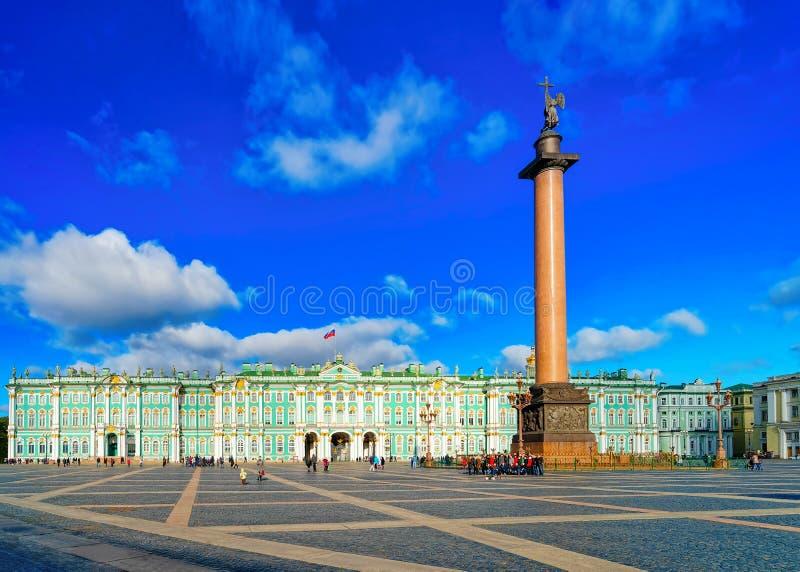 St Petersburg, Rusia - 11 de octubre de 2015: Alexander Column en el palacio del invierno, o la casa del museo de ermita en cuadr imagen de archivo libre de regalías