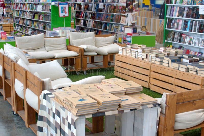 St Petersburg, Rusia - 10 de octubre de 2018: Estantes y espacio de la lectura en la librería Libros para el comentario imagenes de archivo