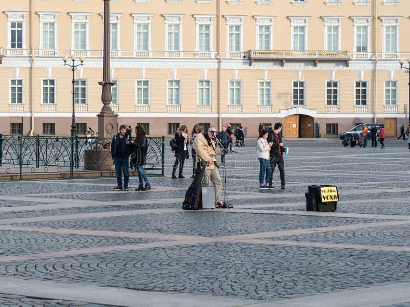 St Petersburg, Rusia - 21 de septiembre de 2017: Músico de la calle en el cuadrado del palacio, St Petersburg, Rusia foto de archivo libre de regalías