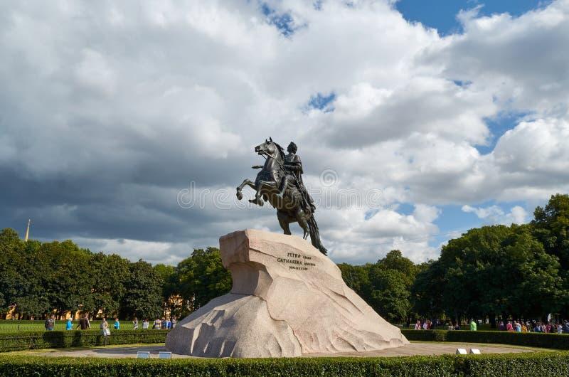 St Petersburg, Rusia, el 21 de agosto de 2014 Monumento a Peter I en el cuadrado del senado en St Petersburg fotos de archivo