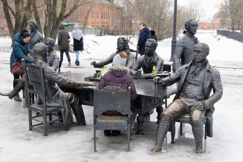 St Petersburg, Rusia, el 10 de marzo de 2019 Grupo escultural en el jardín de la ciudad, representando a los arquitectos que cons fotos de archivo libres de regalías