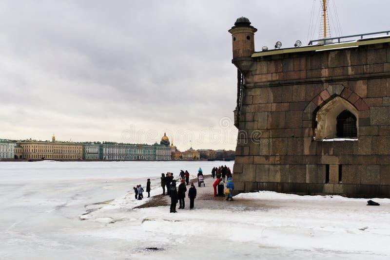 St Petersburg, Rusia, el 10 de marzo de 2019 Vista de la playa del Peter y Paul Fortress, Neva River y el centro histórico o fotos de archivo libres de regalías