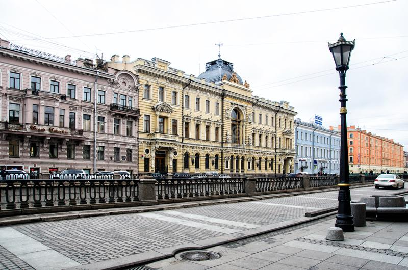 St Petersburg, Rusia, el 2 de mayo de 2015 - calle cerca del terrapl?n del r?o con las fachadas coloreadas de casas en el tempran fotografía de archivo