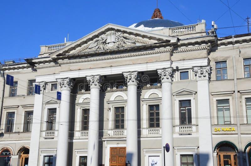 St Petersburg, Rusia, febrero, 27, 2018 Casa de la iglesia holandesa - el holandés reformó la iglesia contra el cielo azul, 1834- fotografía de archivo libre de regalías