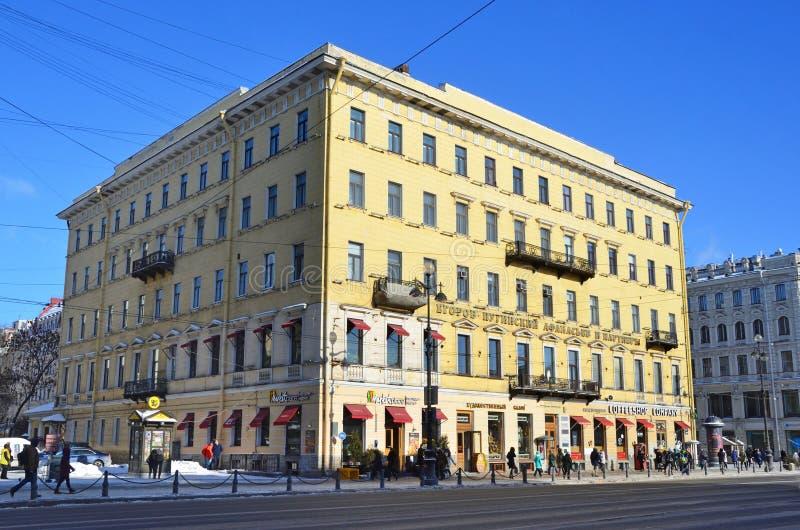 St Petersburg, Rusia, febrero, 27, 2018 Casas de la iglesia luterana alemana de Peter y de Paul en la perspectiva de Nevsky en St fotografía de archivo libre de regalías