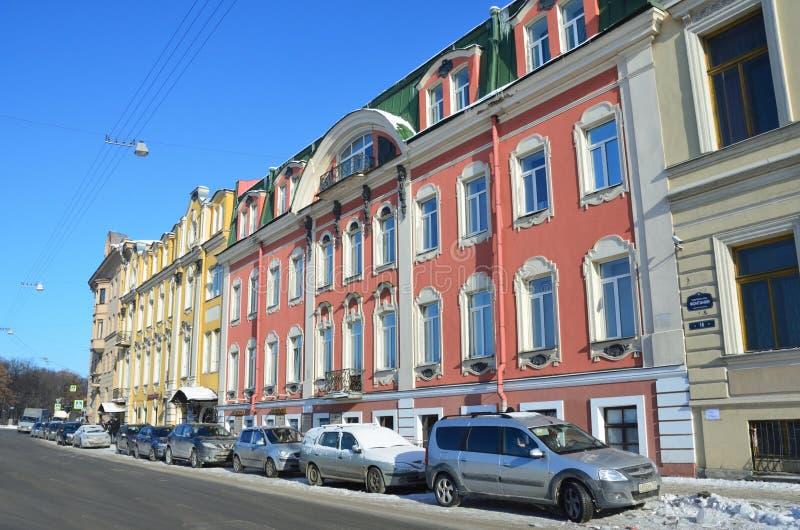 St Petersburg, Rusia, febrero, 27, 2018 Coches cerca de la casa 14 en el terraplén del río de Fontanka La casa de Olsufievs, 19 imagen de archivo