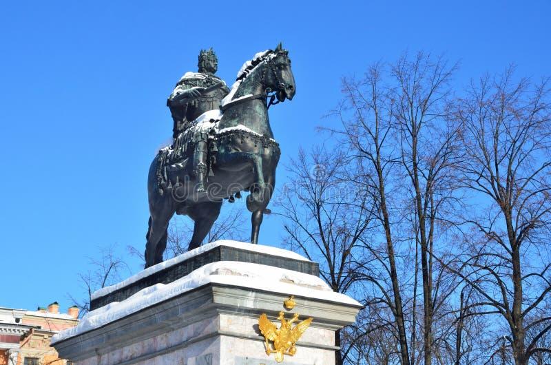 St Petersburg, Rusia, febrero, 27, 2018 El monumento al emperador Peter el grande delante del castillo de Mikhailovsky en el invi imágenes de archivo libres de regalías