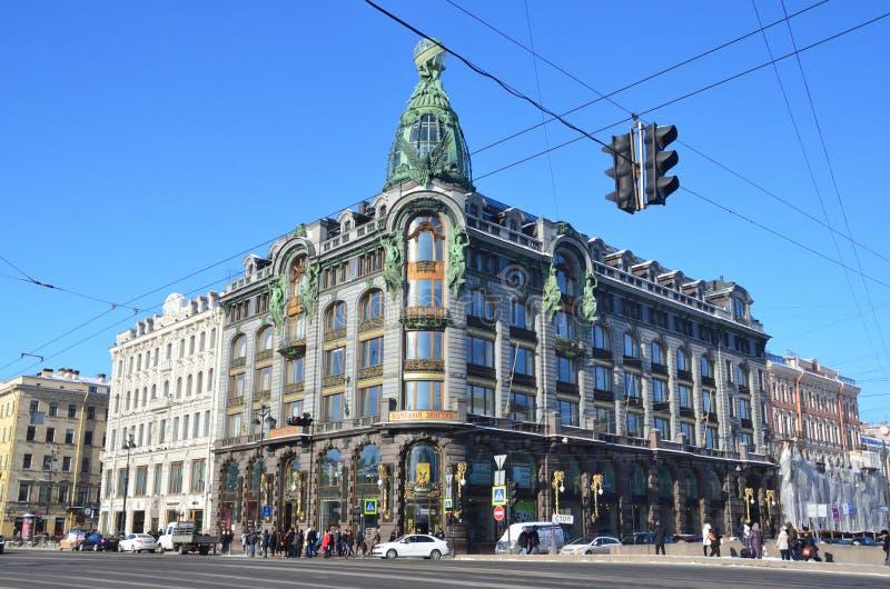 St Petersburg, Rusia, febrero, 27, 2018 Gente que camina cerca de la casa de libros - el edificio de la compañía Zinger Santo-Pet fotos de archivo libres de regalías