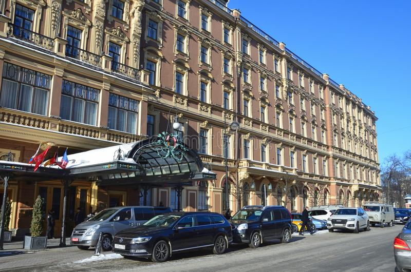 St Petersburg, Rusia, febrero, 27, 2018 Los coches se parquean en el ` magnífico de Europa del hotel del ` del hotel en St Peters fotografía de archivo