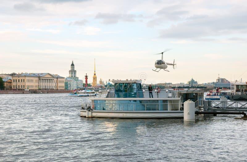 St Petersburg Rusia Helicóptero sobre Neva River foto de archivo libre de regalías