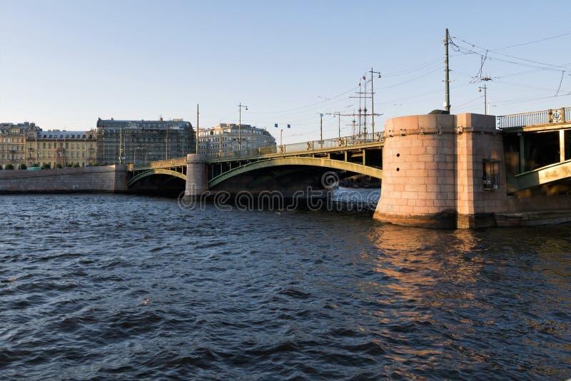 St Petersburg, Rusia, julio de 2019 Vista del puente sobre Neva River imagenes de archivo