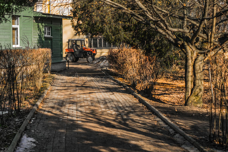 St Petersburg, Rusia, 03/15/2017 - mini trabajo del tractor en jardín botánico imagen de archivo